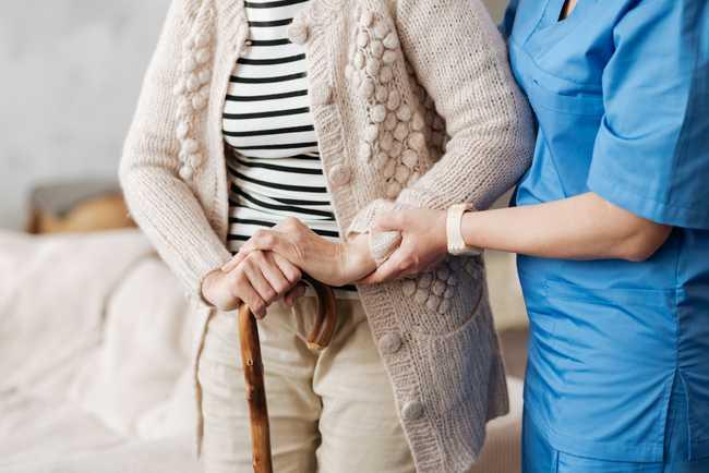 Une aide soignante s'occupe d'une personne âgé