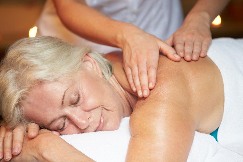 Une personne âgé se relaxe au cours d'un massage