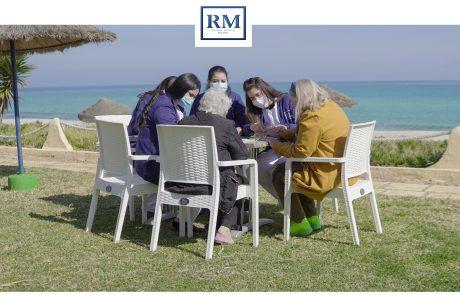 des aides-soignantes qui font de la broderie
