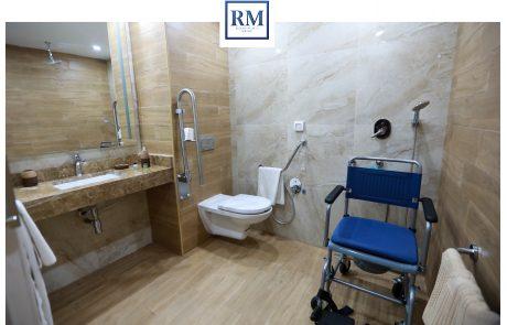 salle de bain avec une chaise roulant à Resort Medical Sousse