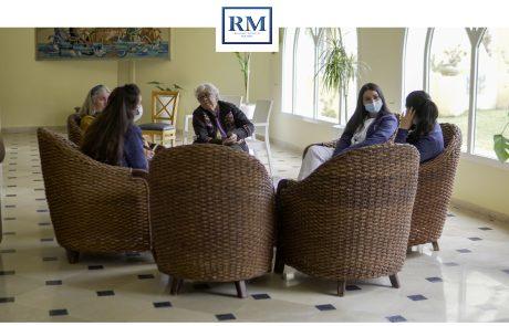 Des aide soignantes se discutent avec des personnes âgé