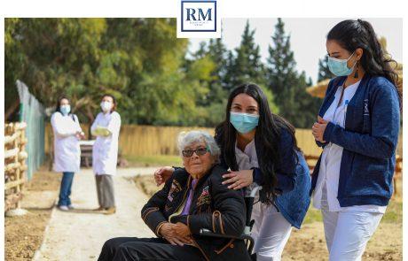 Se poser devant la camera à la ferme de Resort Medical Sousse